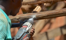 Post and beam construction – adding finishing pole to ends of rafters – 6 Jan 21 – as thatchers startpreparing