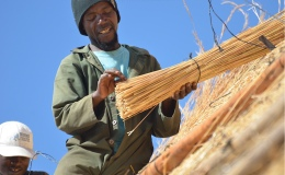 Post and beam Thatching – Mr Andrew atwork